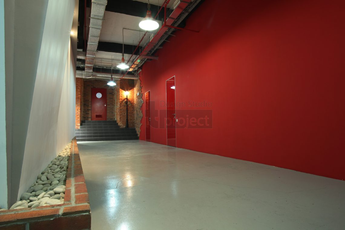 Дизайн коридора офиса компании Paolo Conte